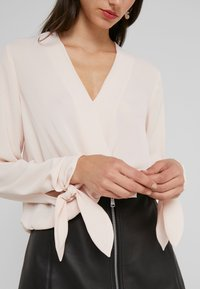 LIU JO - BLUSA INCROCIATA - Blouse - pearl rose - 4