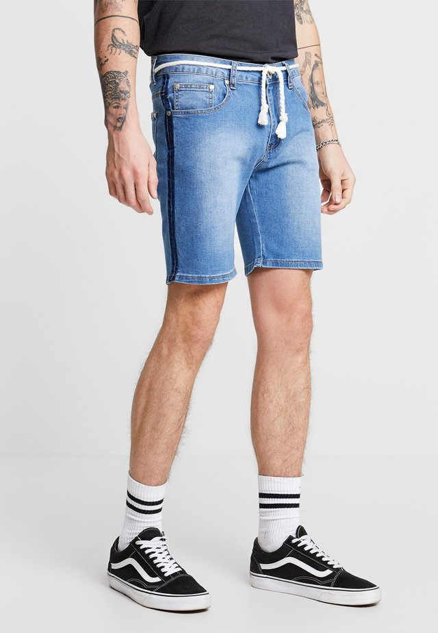 PINCH FADE AND ROPE WAIST TIE - Jeans Short / cowboy shorts - stone wash
