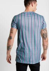 Liquor N Poker - MUSCLE CANDY STRIPE  - T-Shirt print - lilac/lime - 2