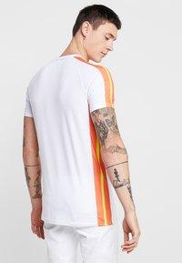 Liquor N Poker - MUSCLE FIT NEON SIDE STRIPE - T-Shirt print - white/orange - 2