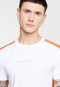 Liquor N Poker - MUSCLE FIT NEON SIDE STRIPE - T-Shirt print - white/orange - 3