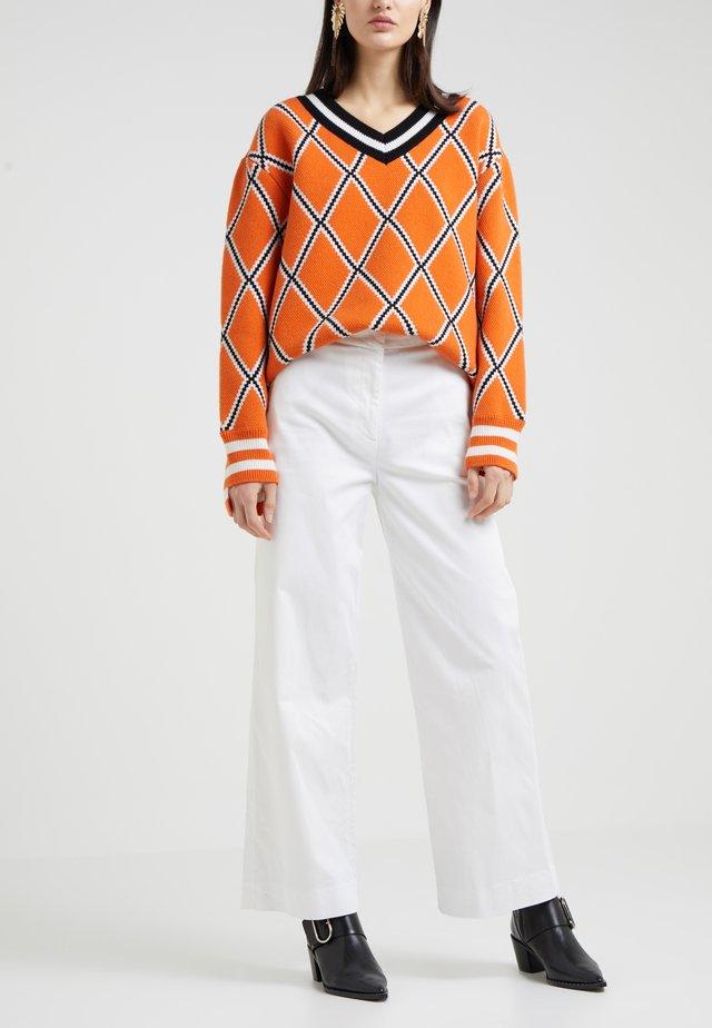 LARK - Flared Jeans - white