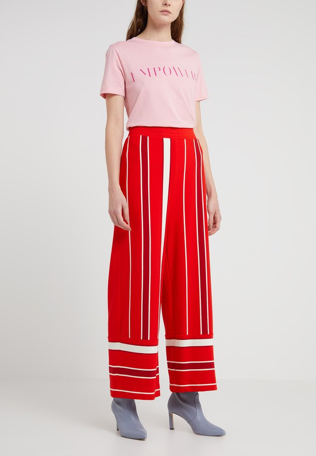 WAIT - Pantaloni sportivi - fiery red/off white/pink