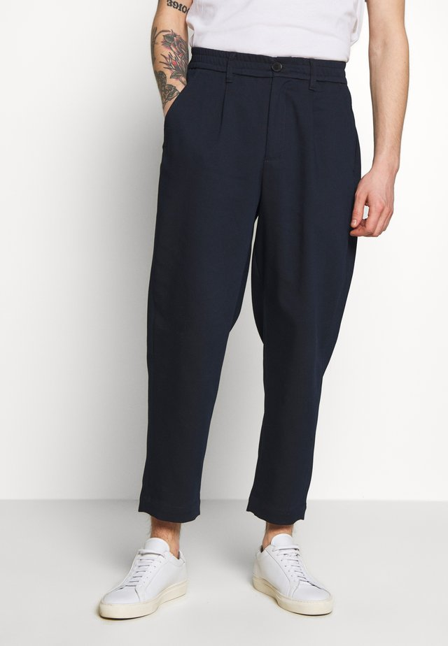HELTASKELTER - Trousers - navy
