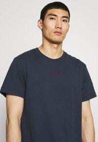 Libertine-Libertine - BEAT LUST LIFE - T-shirts print - navy/red - 3