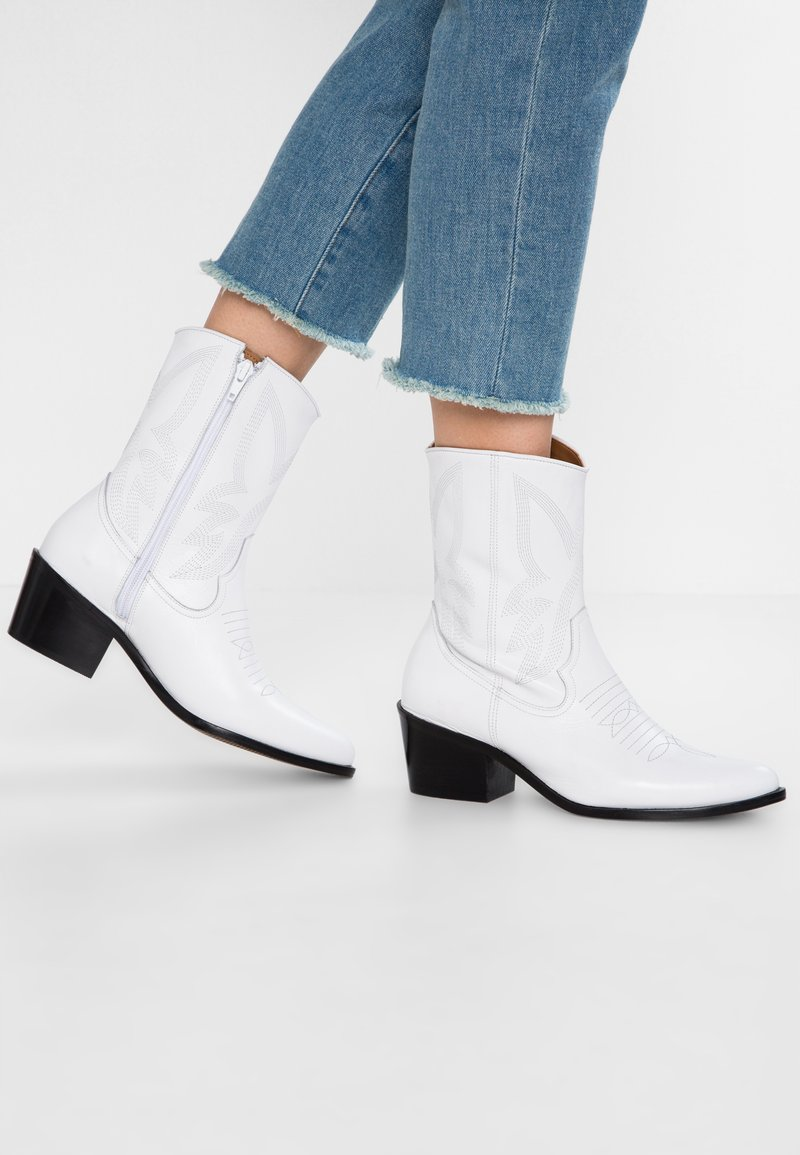 L'INTERVALLE - TAHOMA - Cowboy/biker ankle boot - white