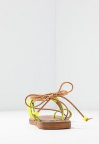 L'INTERVALLE - CUPCAKE - T-bar sandals - yellow - 5