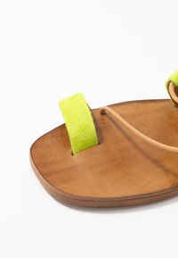 L'INTERVALLE - CUPCAKE - T-bar sandals - yellow - 2