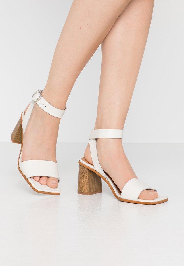 CALLI - Sandaalit nilkkaremmillä - offwhite