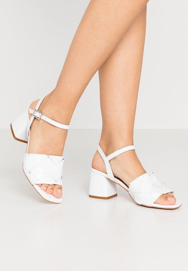 SLOANE - Sandaalit nilkkaremmillä - white