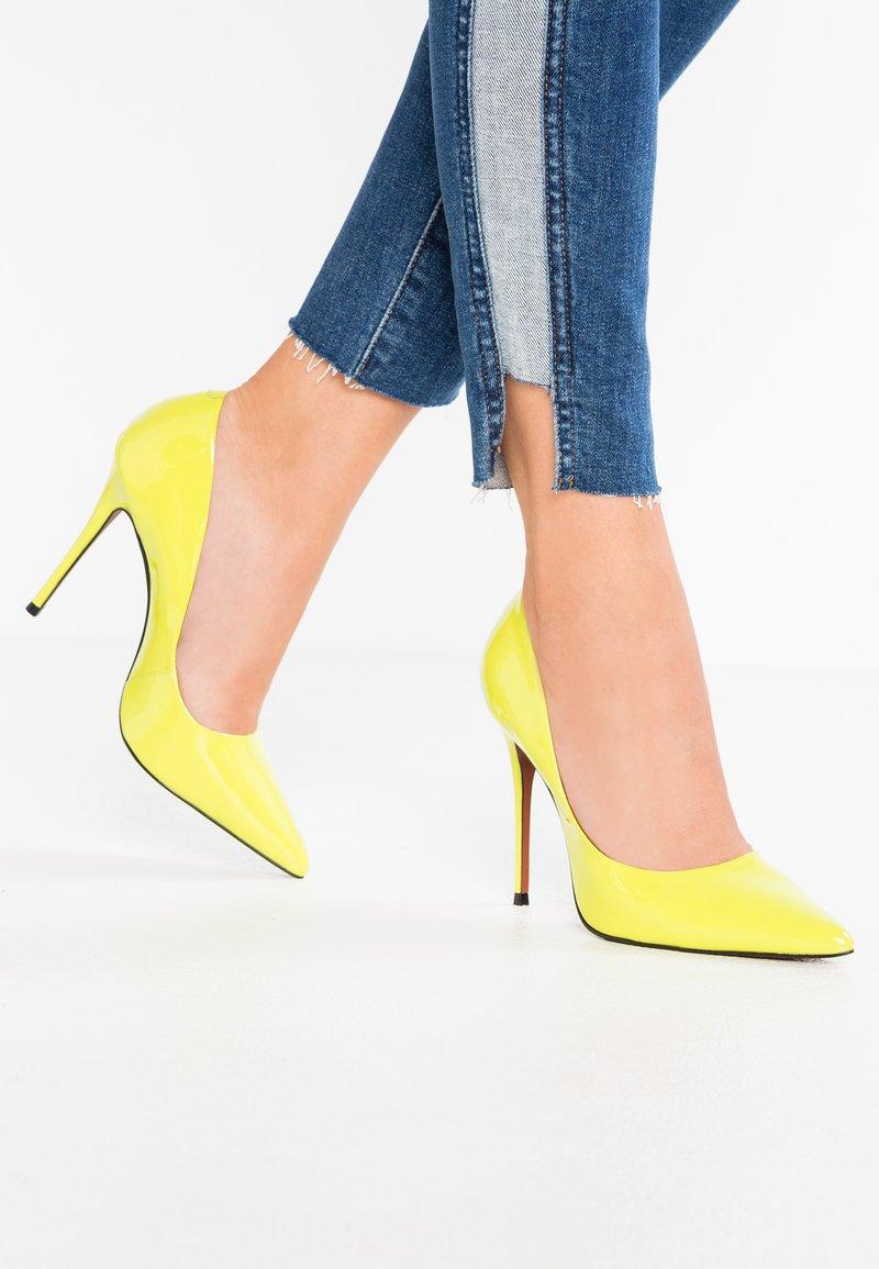 L'INTERVALLE - TEEVA - Decolleté - neon yellow