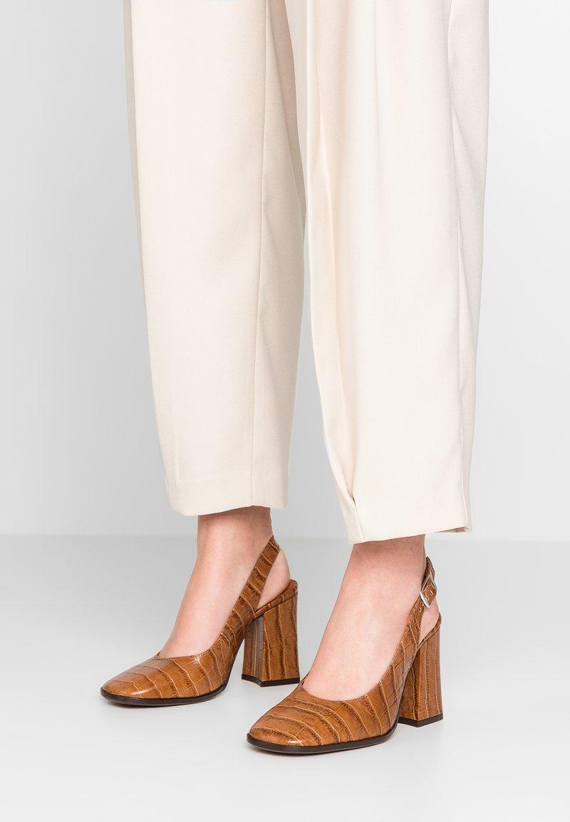 L'INTERVALLE - LAUREN - High Heel Pumps - brown