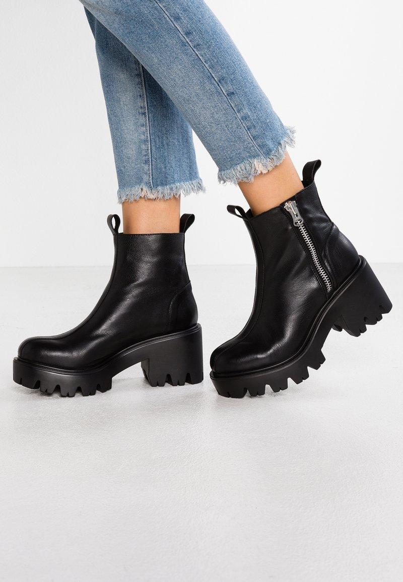 L'INTERVALLE - MATRIX - Cowboy/biker ankle boot - black