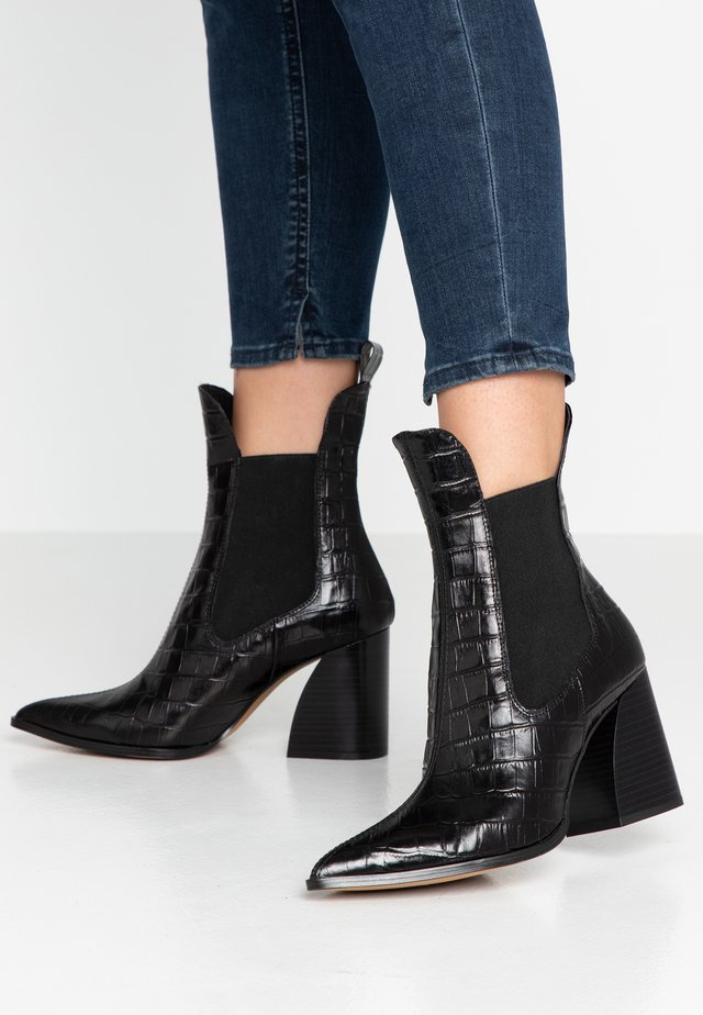 HUTTERFLY - Classic ankle boots - black