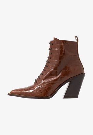 HARRIET - Højhælede støvletter - cognac coco