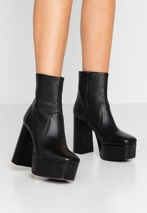 PEARSON - Ankelboots med høye hæler - black