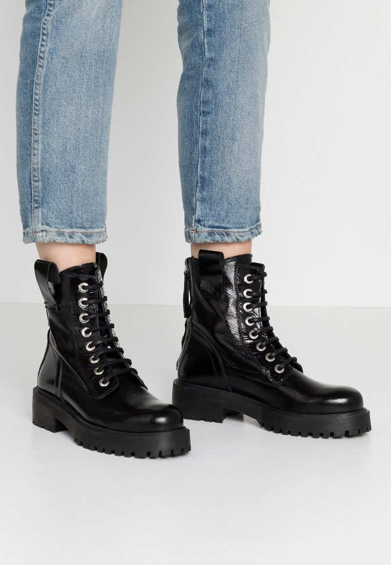 L'INTERVALLE - JARNA - Lace-up ankle boots - black