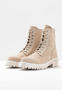 L'INTERVALLE - KINGHAM - Lace-up ankle boots - beige - 4
