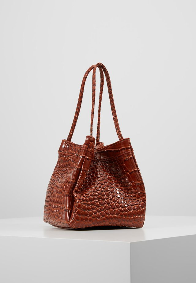 PATENT HANDBAG - Handtas - brown