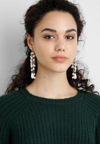 LIARS & LOVERS - DROP STATEMENT EAR - Earrings - white - 1
