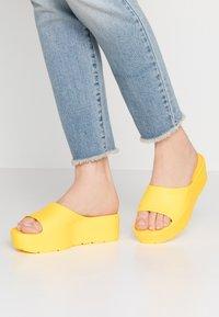 LEMON JELLY - SUNNY - Korolliset pistokkaat - vibrant yellow - 0