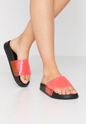 EVIE - Sandály do bazénu - black/neon pink