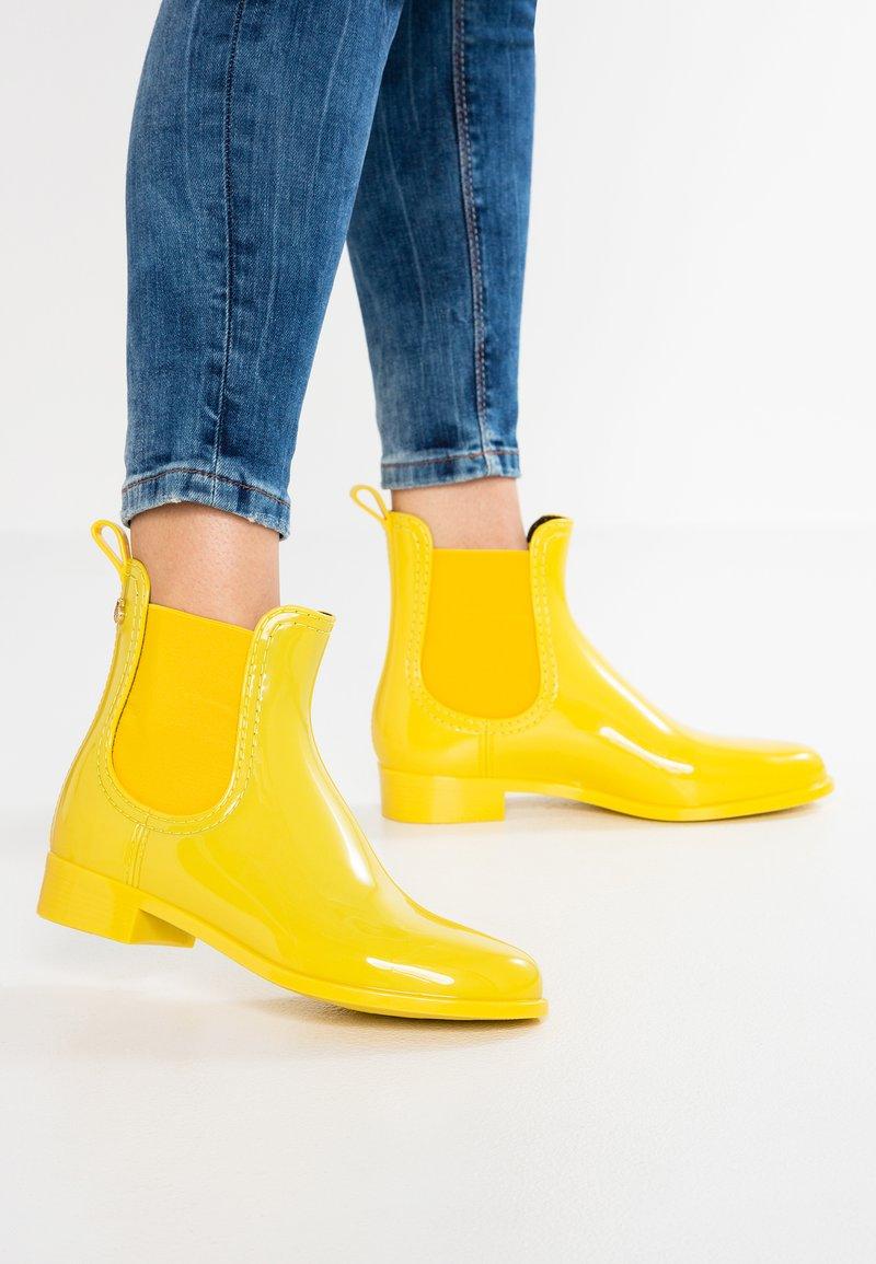 LEMON JELLY - COMFY - Gummistøvler - vibrant yellow