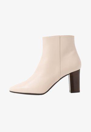 SIRA - Ankelstøvler - white