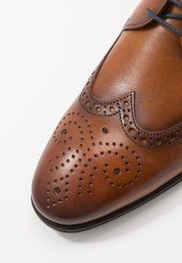 Lloyd - MORTON - Elegantní šněrovací boty - cognac - 5