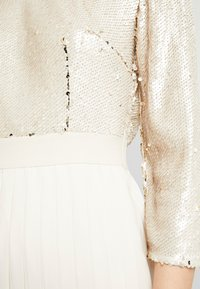 Little Mistress - SEQUIN PLEATED HEM - Juhlamekko - cream - 6