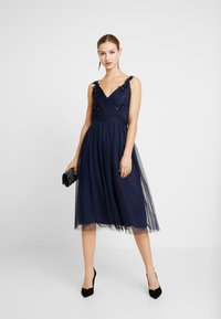 Little Mistress - A ROSETTE MIDI PROM DRESS WITH FLORAL AND FAU - Cocktailjurk - navy - 2
