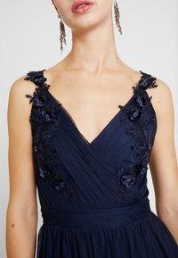 Little Mistress - A ROSETTE MIDI PROM DRESS WITH FLORAL AND FAU - Cocktailjurk - navy - 6