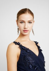 Little Mistress - A ROSETTE MIDI PROM DRESS WITH FLORAL AND FAU - Cocktailkjole - navy