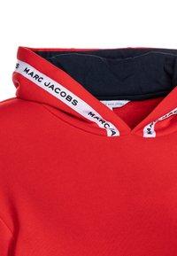 Little Marc Jacobs - HOODED  - Hættetrøjer - red/blue navy - 2