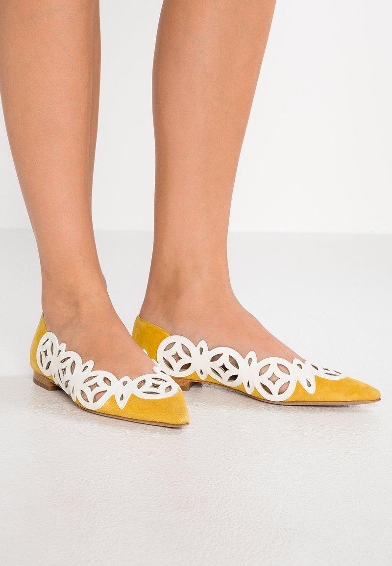 Lola Cruz - Bailarinas - blanco/amarillo