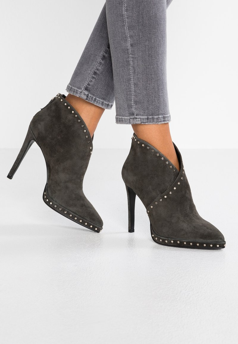 Lola Cruz - High heeled ankle boots - antracita