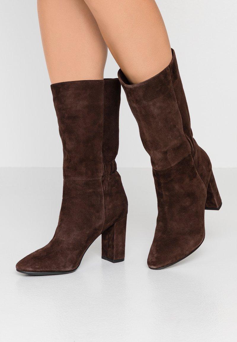 Lola Cruz - Vysoká obuv - marron