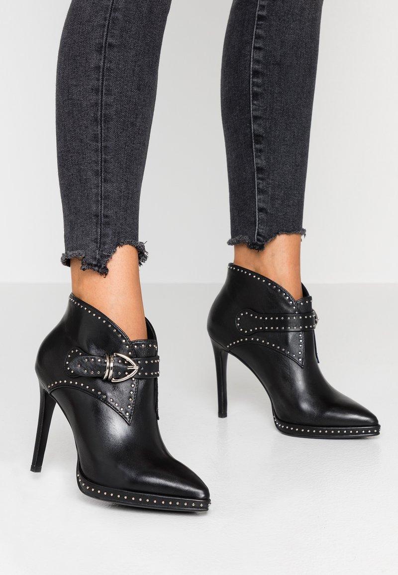 Lola Cruz - Kotníková obuv - black