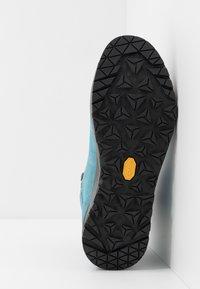 Lowa - EXPLORER GTX MID - Hiking shoes - aquamarin/koralle - 4