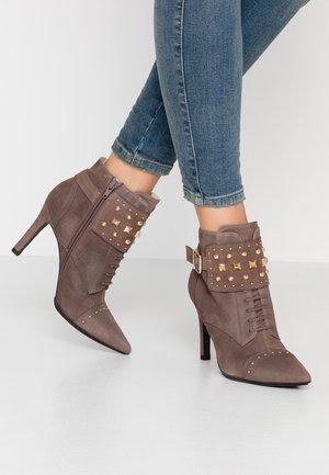 RUGO - Kotníková obuv na vysokém podpatku - oro