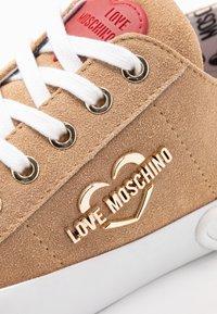 Love Moschino - Tenisky - sabbia pomice - 2