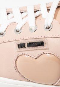Love Moschino - Matalavartiset tennarit - powder - 2