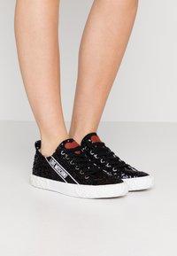 Love Moschino - Sneakersy niskie - nero - 0
