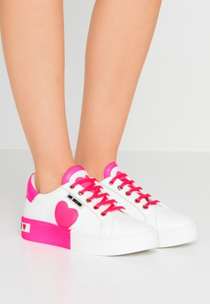 Trainers - neon pink