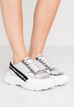 SUPER HEART - Sneakersy niskie - grey