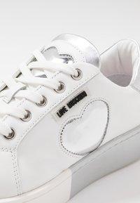 Love Moschino - Matalavartiset tennarit - white - 2