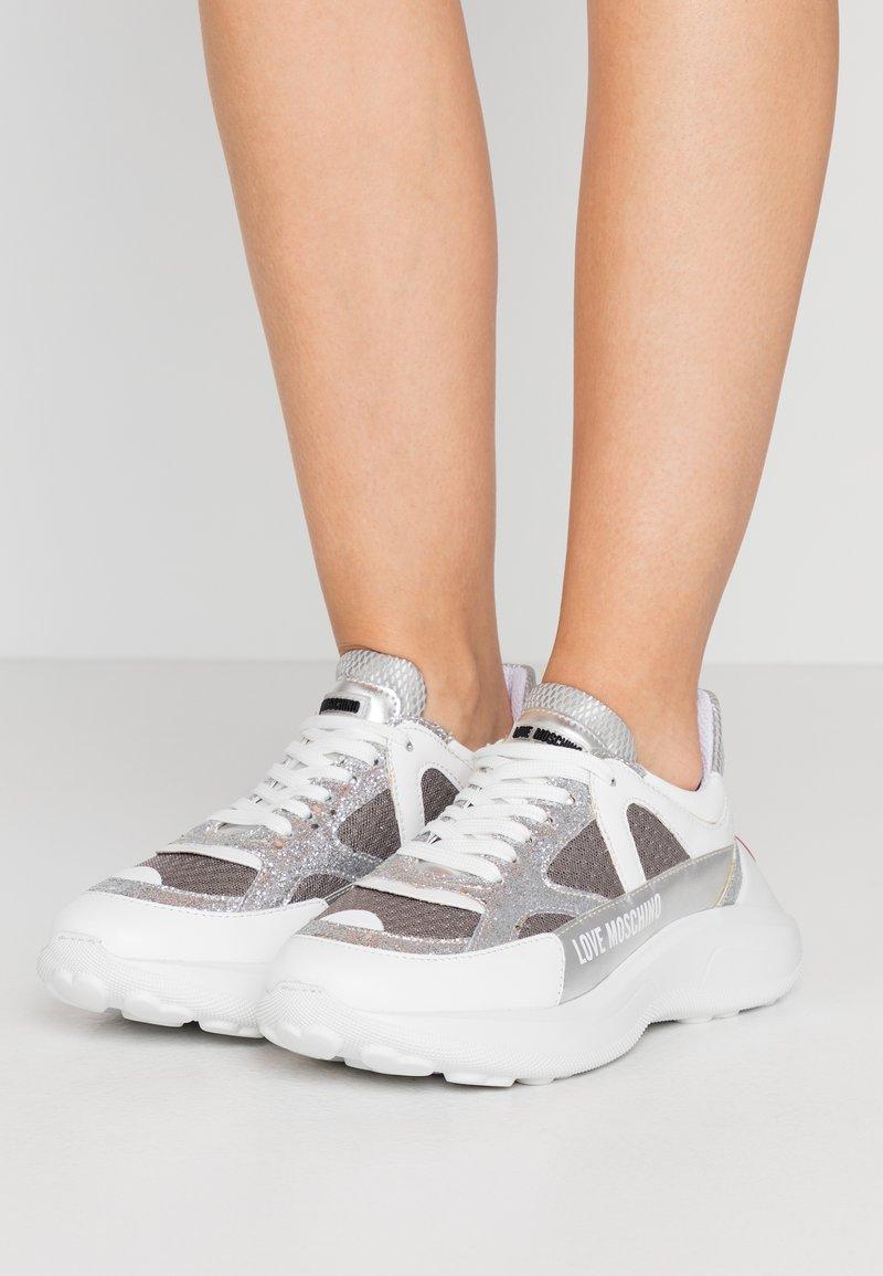 Love Moschino - Sneakersy niskie - grigio/argento/bianco