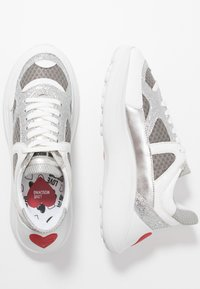 Love Moschino - Sneakersy niskie - grigio/argento/bianco - 3