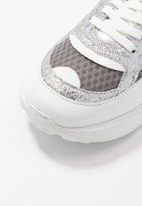 Love Moschino - Sneakersy niskie - grigio/argento/bianco - 2
