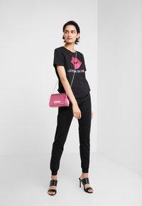 Love Moschino - JOGGER LIP - Teplákové kalhoty - black - 1